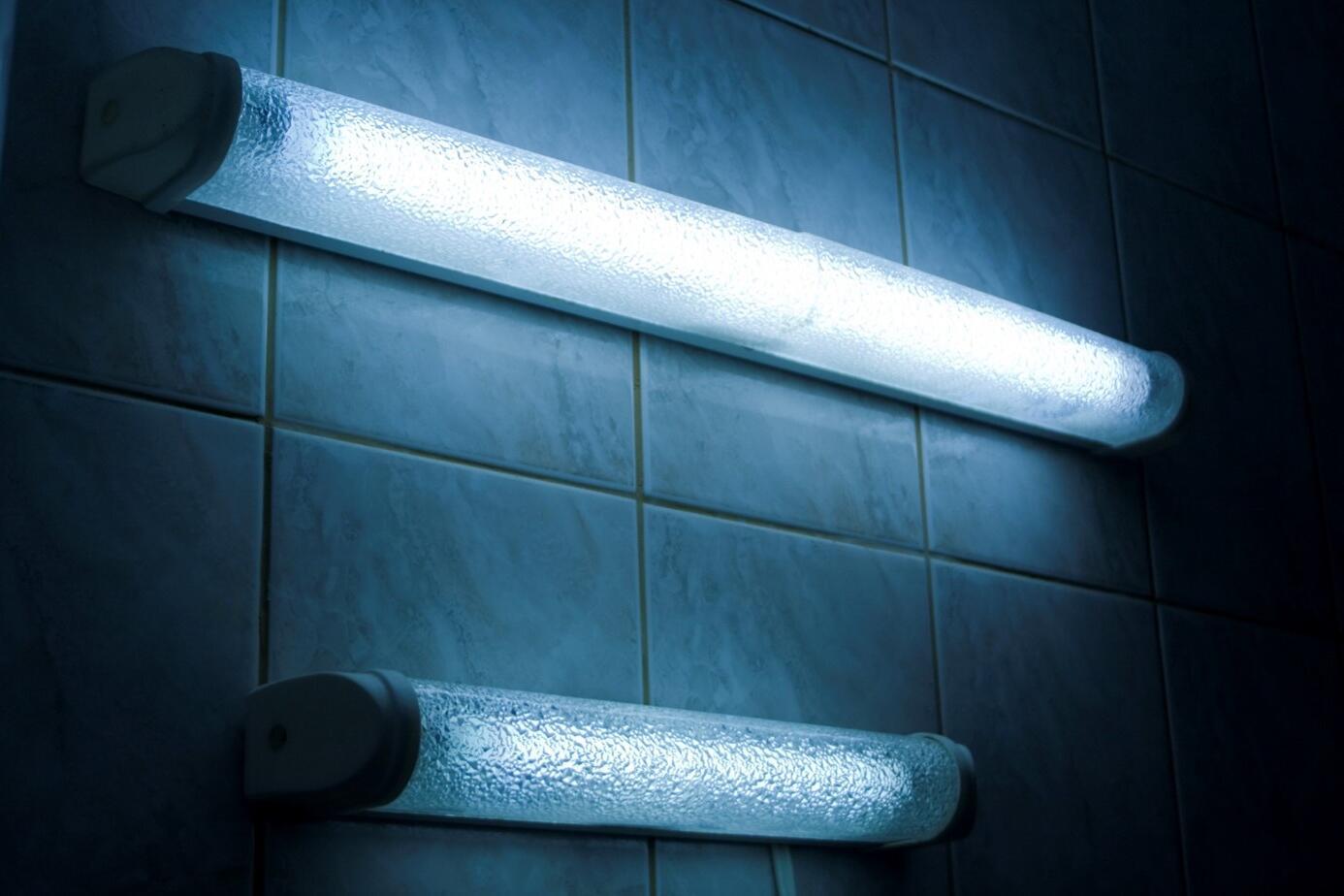 Comment changer un néon de salle de bain ?