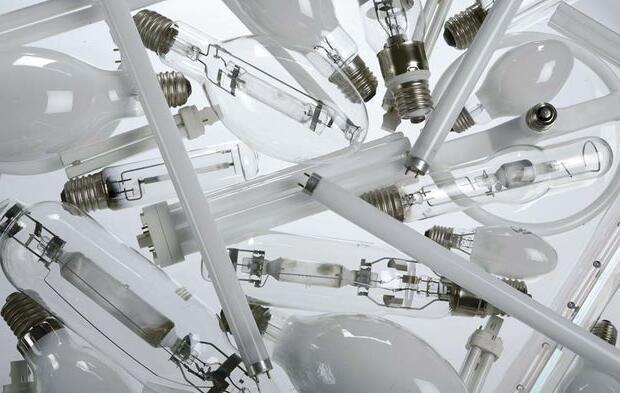 Quels sont les atomes présents dans une lampe dite tube au néon et conclure sur cette appellation ?