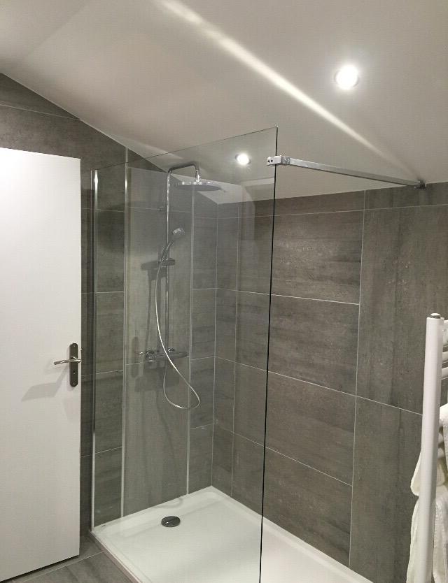 Comment disposer des spots encastrables dans une salle de bain ?