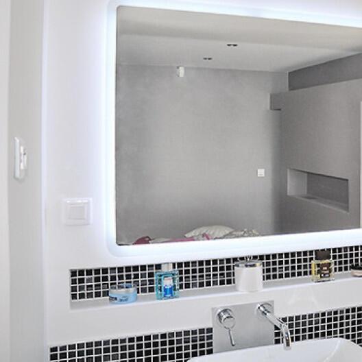 Comment installer des spots au plafond dans une salle de bain ?